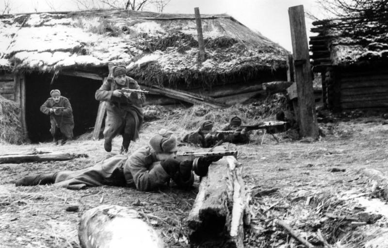 Советские автоматчики ведут бой за поселок Бор ВОВ
