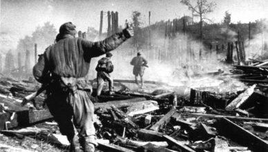 Солдат с гранатой бежит в атаку