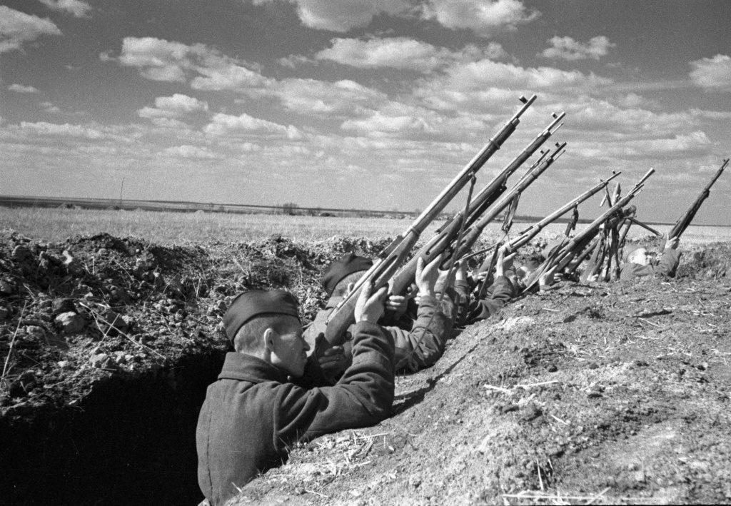 Взвод солдат стреляет по самолету ВОВ