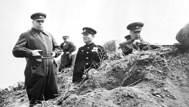 Маршал Василевский осматривает позиции ВОВ