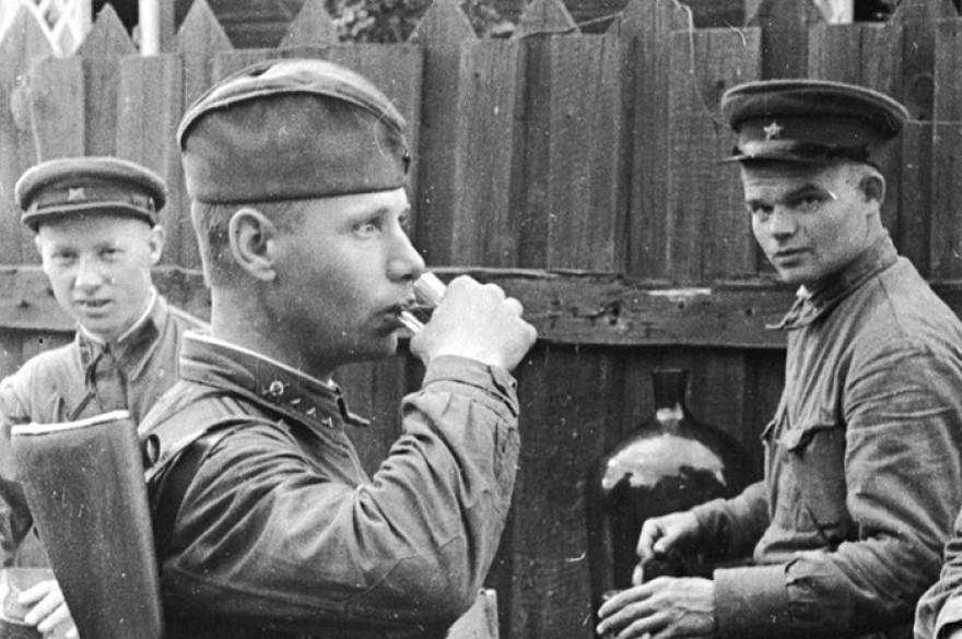 Солдат пьет водку ВОВ