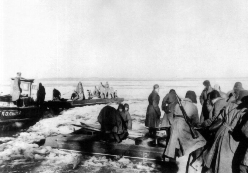 Солдаты на берегу замерзшей реки ВОВ
