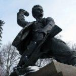 Памятник мальчик с гранатой - кто был этим Героем