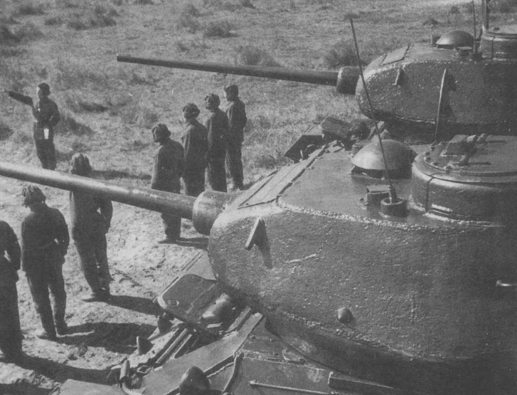 Экипаж Т-34 строится перед танками ВОВ