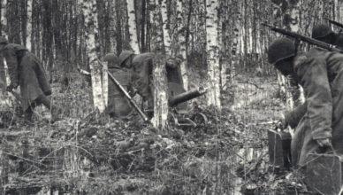 Партизаны пробираются по лесу ВОВ