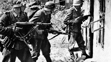 Немецкие солдаты во время обыска жилого дома