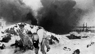 солдат уносит раненного