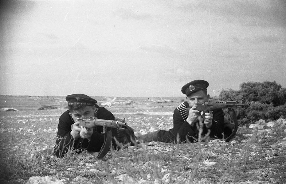 2 моряка с винтовками ВОВ