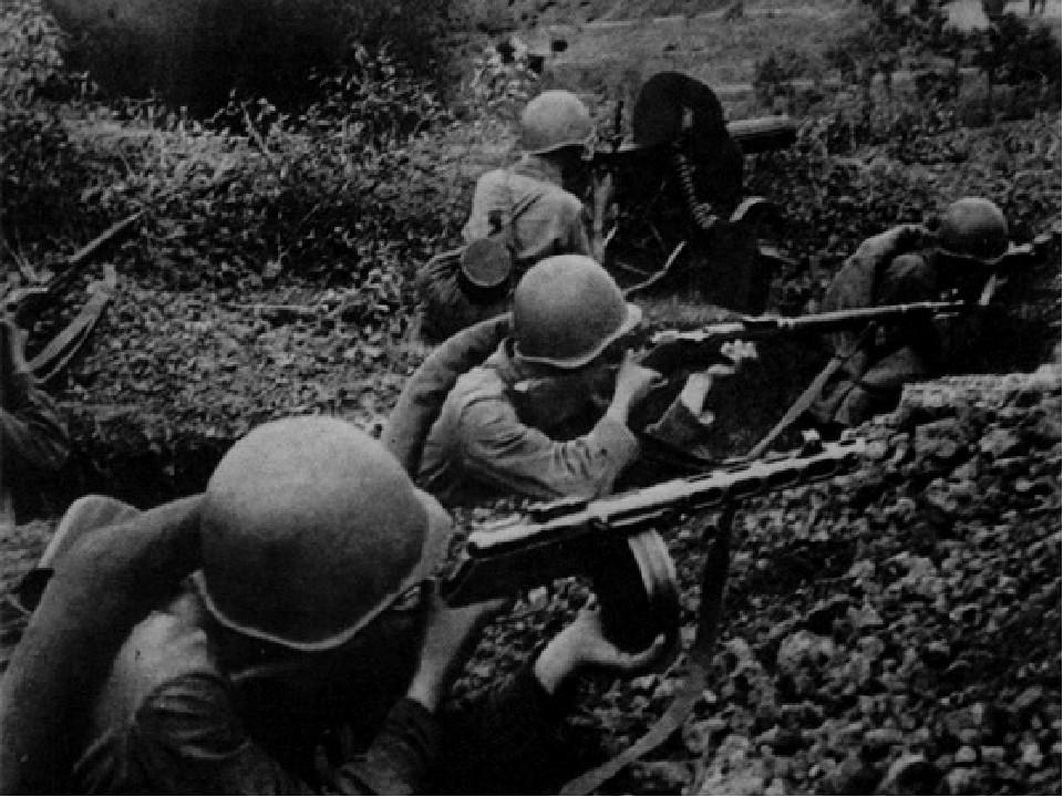 советские солдаты в окопе