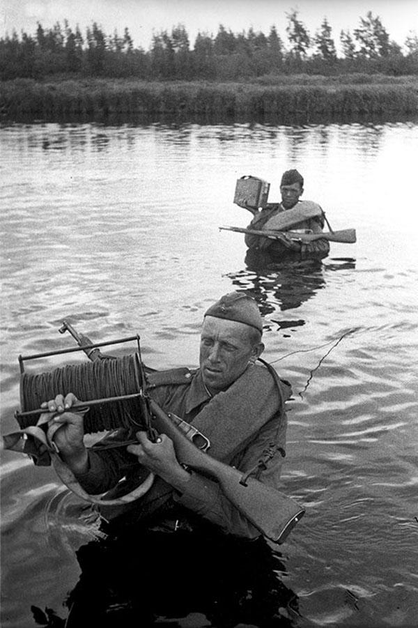Связисты ведут линию связи через реку
