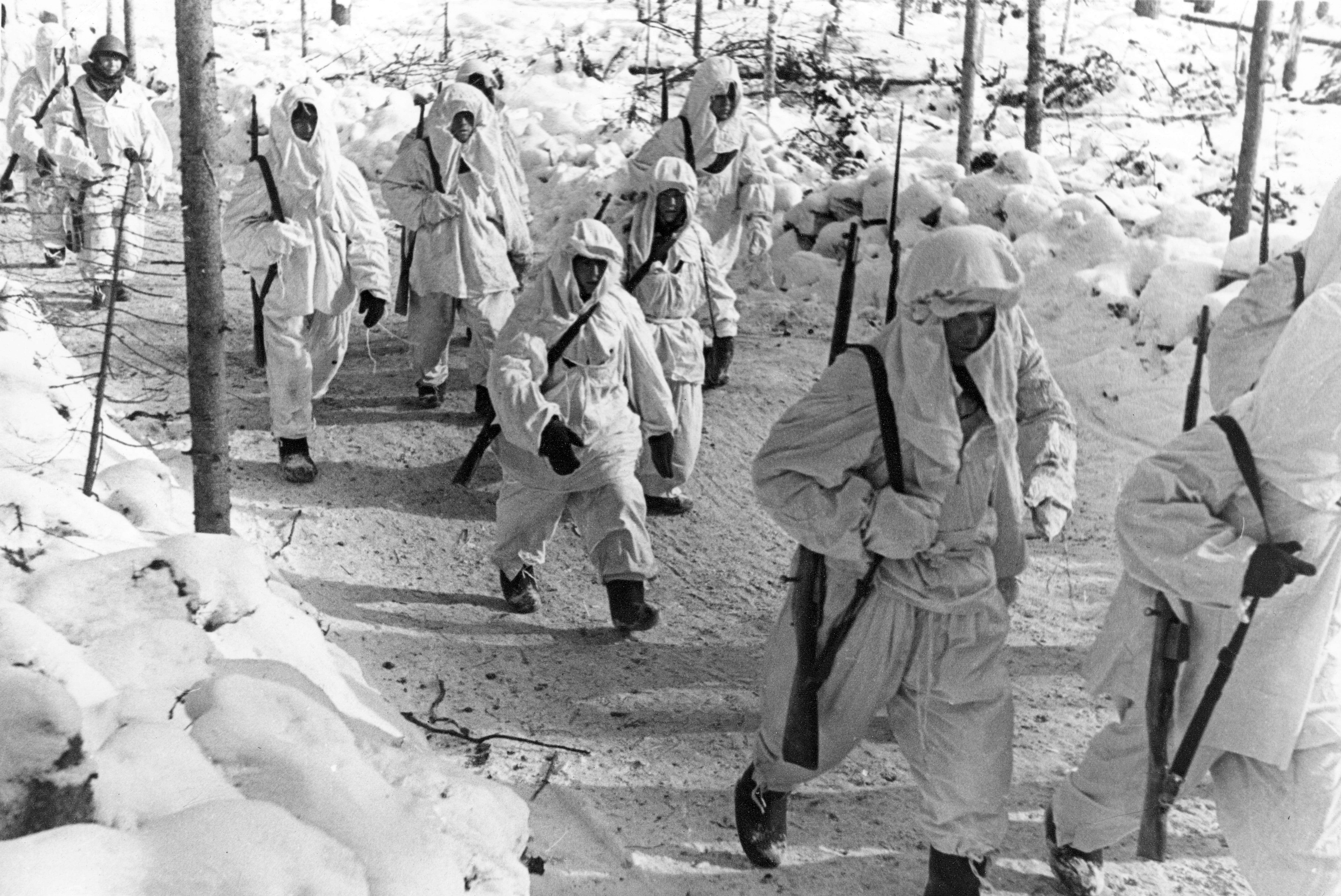 солдата в зимних масхалатах