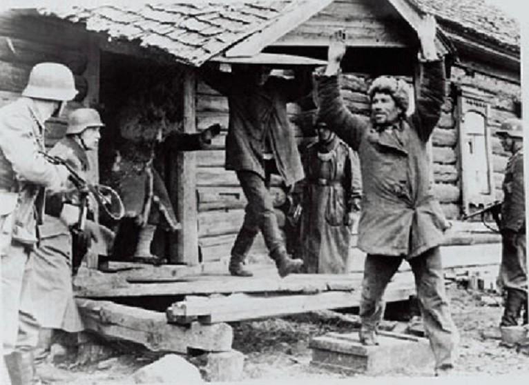 немцы выгоняют из домов