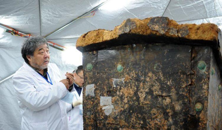 Извлекли 900-летнюю мумию из затопленного водой гроба