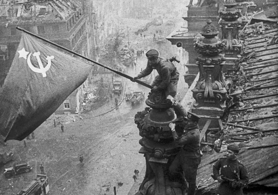 Фото флага над Рейхстагом 1945