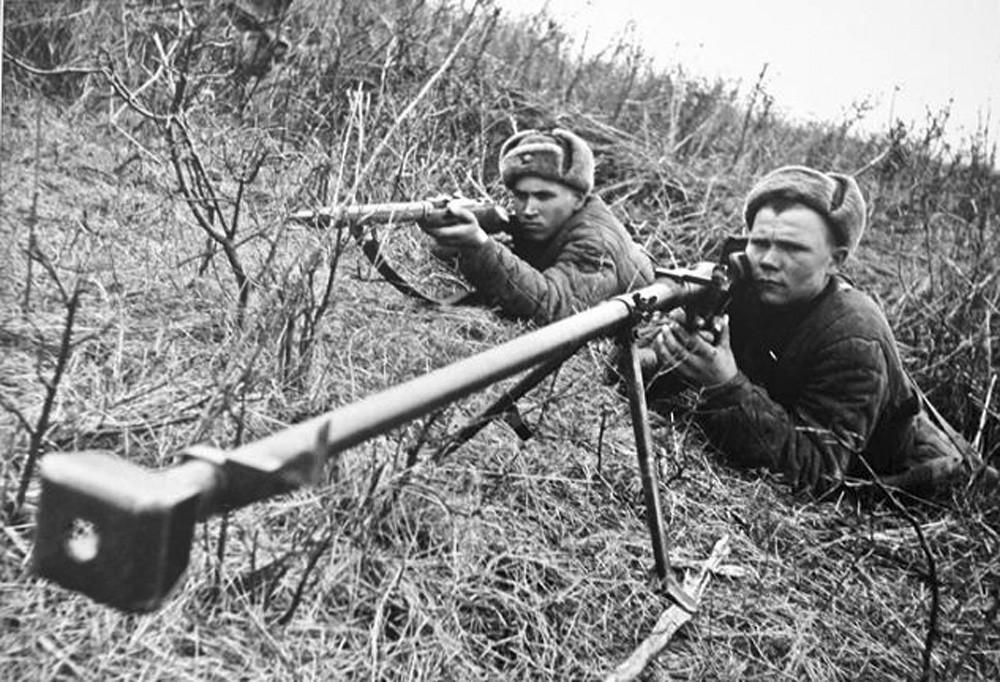 солдат с противотанковым ружьем