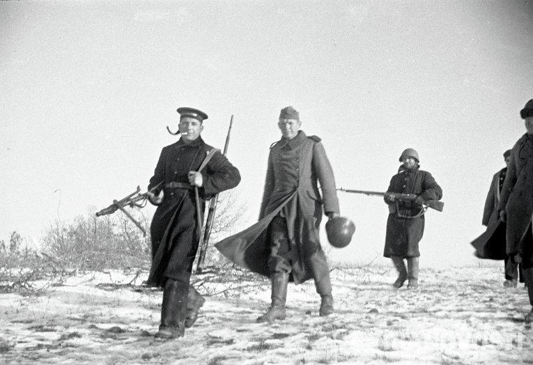 моряки ведут пленных