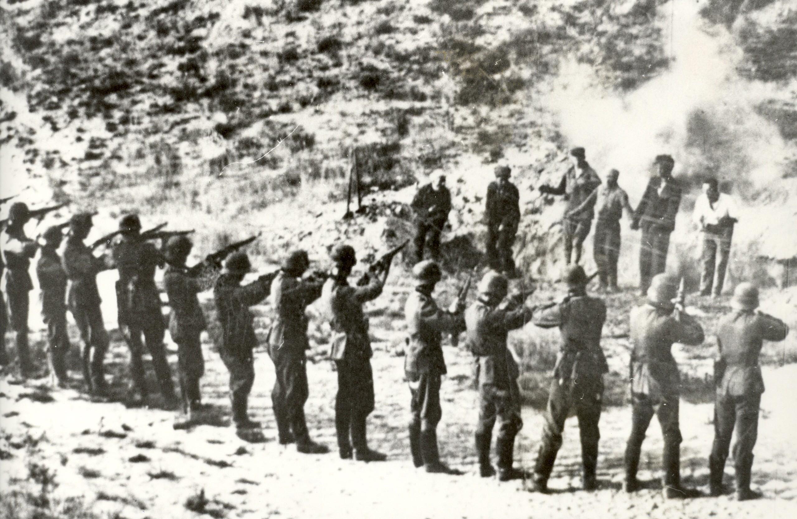 немцы расстреливают