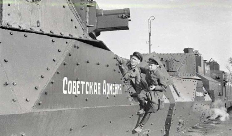 2 бронепоезда против фашистов