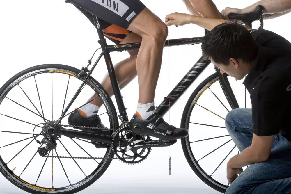 велосипедистам нельзя поднимать ноги с педалей