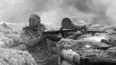 отстреливаясь, наши пехотинцы