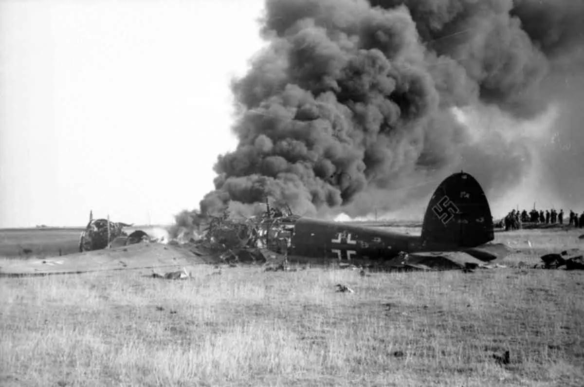 бросить свой самолет под огненную трассу