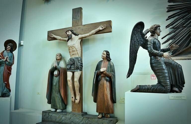 Почему в православии иконы, а в католицизме статуи?