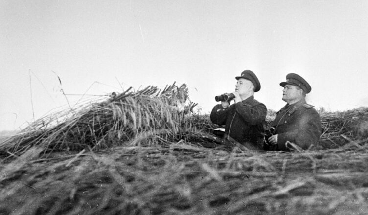 Внешняя полоса оборудовалась в виде батальонных районов (узлов) сопротивления. Эти районы занимали артиллерийско-пулеметные батальоны войск внутренней обороны города. Районы были подготовлены также для заполнения войсками