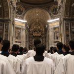 Отличия римских и византийских католиков заключаются и в гимнах Богу. Они исполняются по-разному. В Византийской католической Церкви восхваление и обращение к Богу происходит без дополнительных средств, только лично