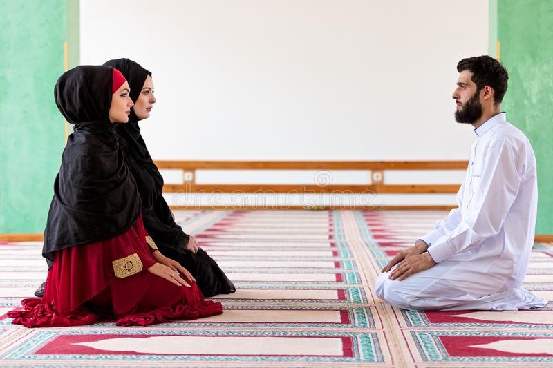 Почему в мечети женщины не могут молиться вместе с мужчинами