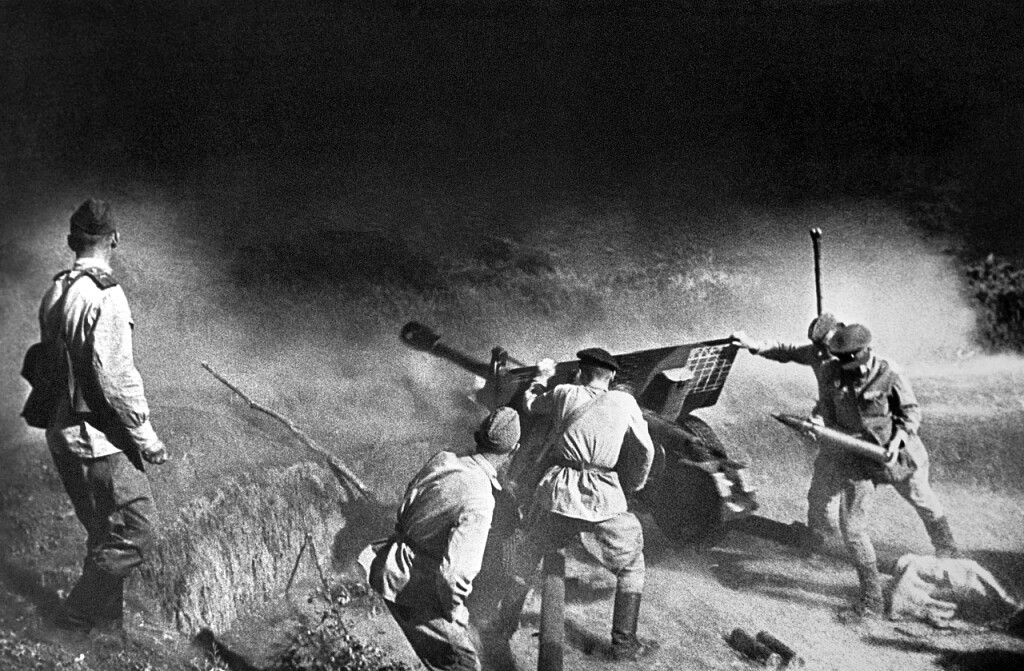 Прицельный огонь был весьма эффективным. Он серьезно досаждал гитлеровцам. Как только из окон начинали бить наши пушки, им тотчас отвечала артиллерия врага. Здание обстреливали из 155-миллиметровых орудий