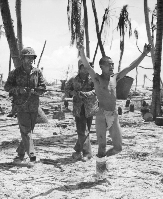 американские солдаты с японскими военнопленными