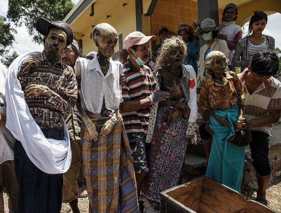 Мытье трупов на Мадагаскаре