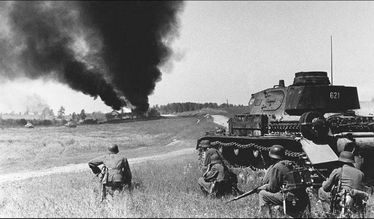 гитлеровцы, поддержанные авиацией и танками